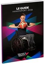 Photo de couverture du guide Handisport 2018: une basketteuse en fauteuil tient un ballon entre ses deux mains